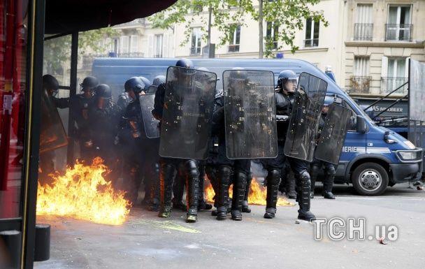 Париж охопили масові акції протесту: поліцейські авто у вогні та тисячі демонстрантів