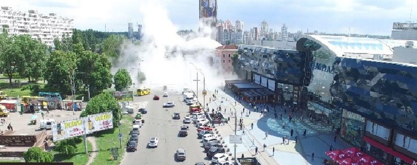 У центрі Києва прорвало трубопровід: струмінь води сягав 20 метрів у висоту