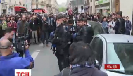 В Париже снова столкновения между полицейскими и демонстрантами