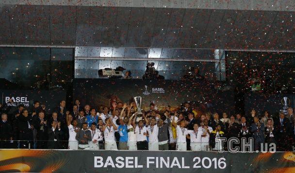 """Кубок в морі серпантину: як """"Севілья"""" відсвяткувала перемогу в Лізі Європи"""