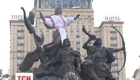 У центрі Києва на Либідь одягли вишиванку