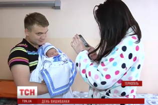 Народжені у вишиванках: у Тернополі влада подарувала новонародженим український одяг