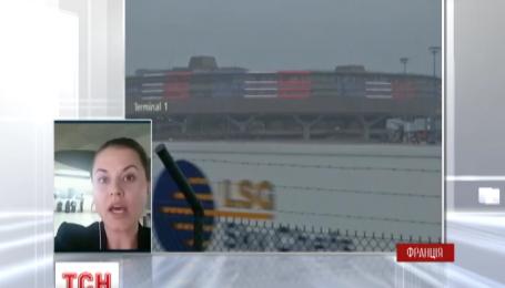 Родственники пассажиров самолета EgyptAir ждут официальной информации в парижском аэропорту