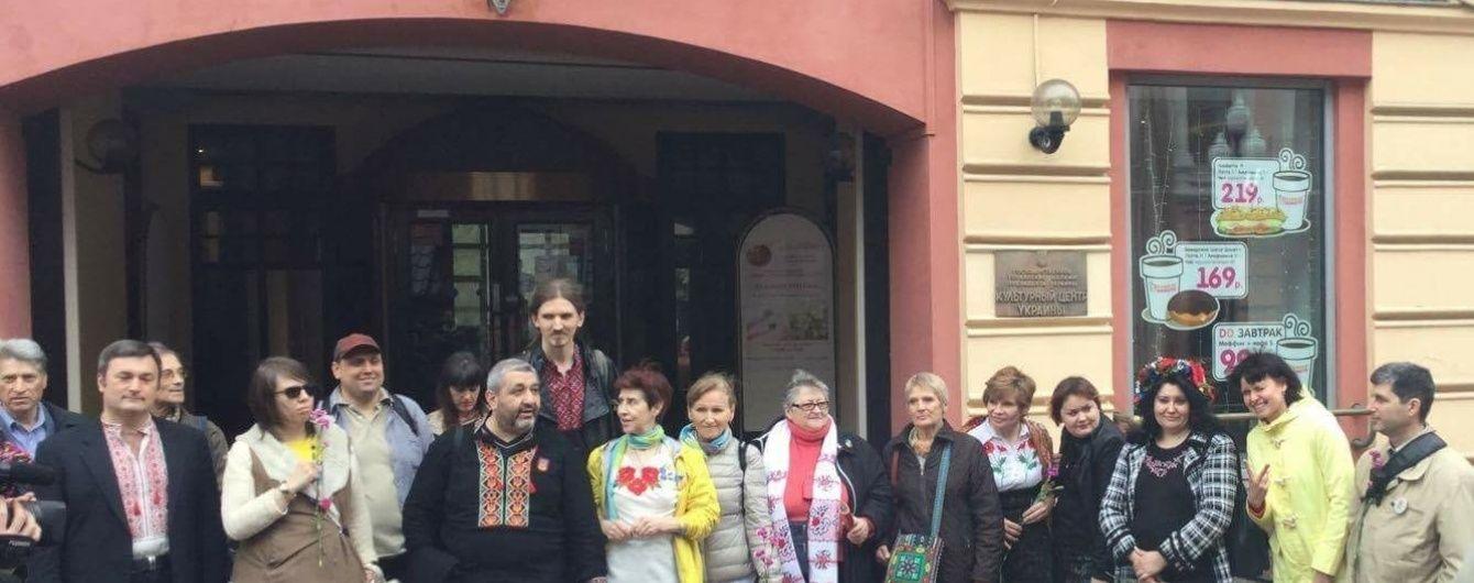 Центральною вулицею Москви пройшли люди в українських вишиванках