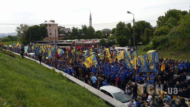 """Близько п'яти тисяч """"азовців"""" з шумом та димом рушили до Верховної Ради"""
