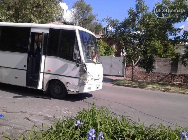 У Маріуполі військовий автобус зіткнувся з маршруткою, є постраждалі