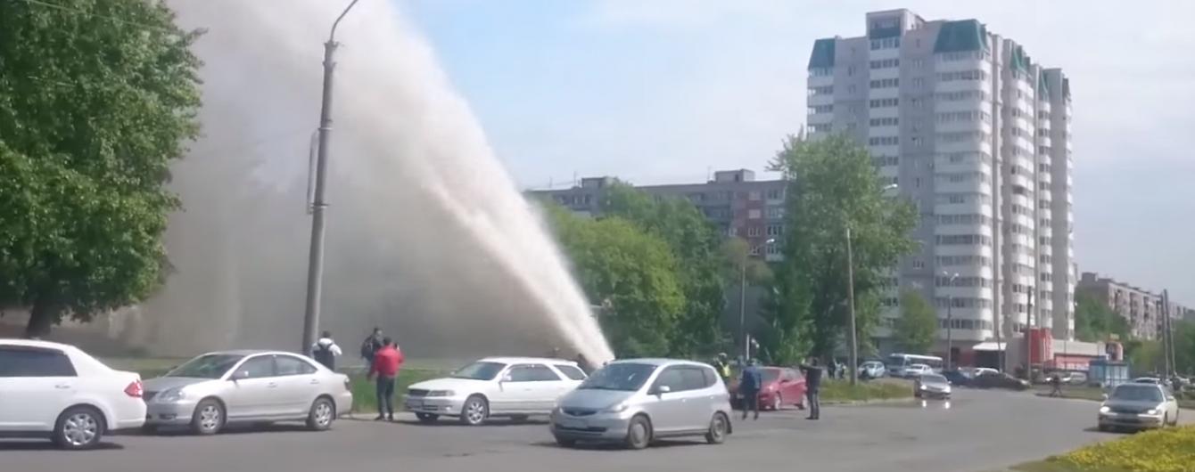 """У Росії """"гейзер"""" із пошкодженої труби виніс шибки на 9-му поверсі будинку"""