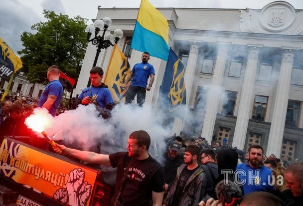 """Видовищний марш """"Азову"""": тисячі бійців, піротехніка та вимоги щодо Донбасу"""