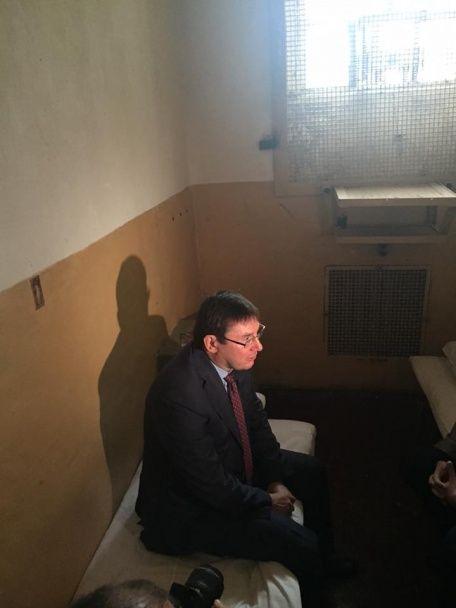 Луценко показав свою алюмінієву кружку з Лук'янівського СІЗО та побував у колишній камері