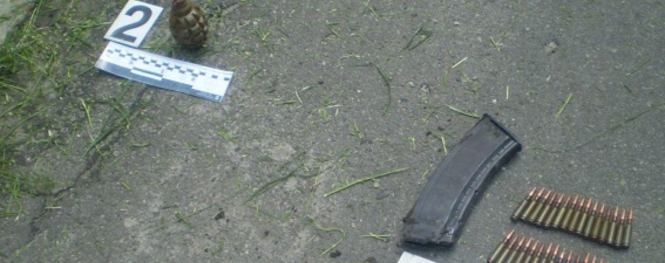 Двірник київської багатоповерхівки знайшла гранату та боєприпаси