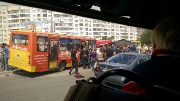 У Луцьку білборд розтрощив маршрутку, є постраждалі
