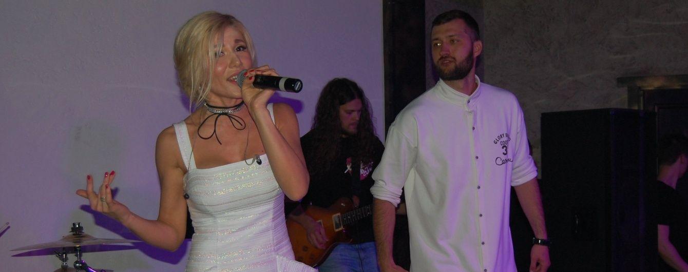Алена Омаргалиева блистала на сцене в нарядах от Айсиной и Кириленко