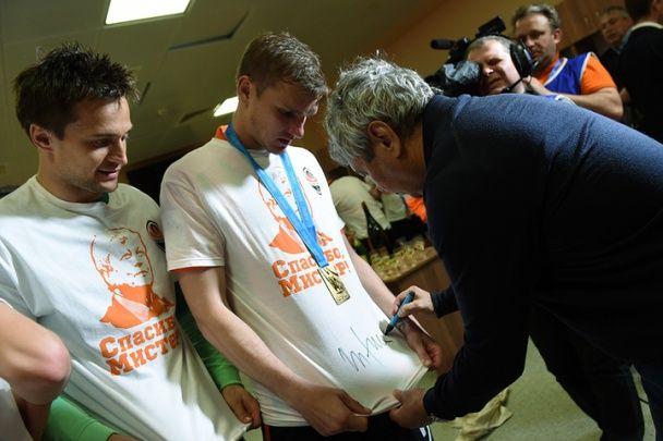 """Луческу на прощання залишив автографи гравцям """"Шахтаря"""""""