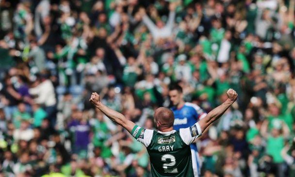 """Зламані ворота, коні на газоні: як """"Хіберніан"""" святкував перемогу у Кубку Шотландії"""