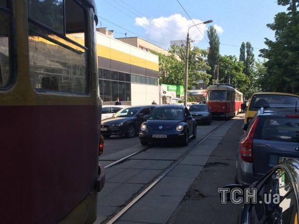 На Подолі інкасаторське авто в'їхало в трамвай
