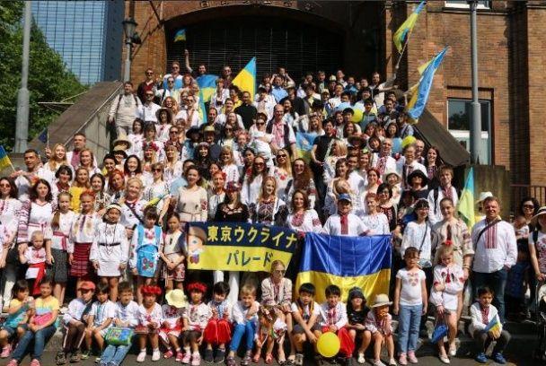 Український парад у Токіо: вишиванки та національні прапори у ієрогліфах