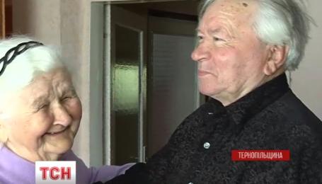 Дев'яносторічні дідусь та бабуся з Тернопільщини здивували усіх силою почуттів