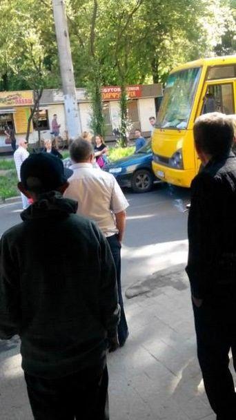 У Львові маршрутник протаранив легковик
