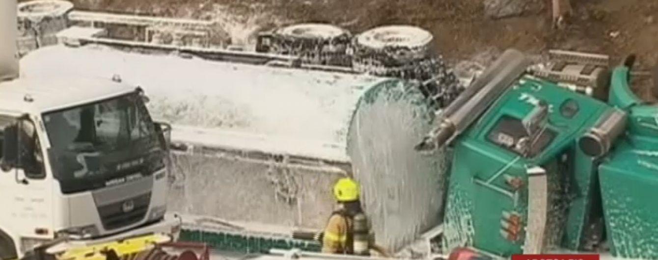 На австралійській трасі через аварію бензовоза зіштовхнулося до 20 авто