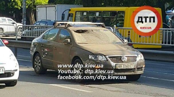 У Києві посеред пожвавленого проспекту вибухнув люк, постраждала дівчина-водій