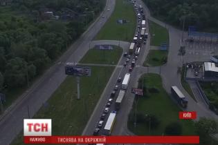 Масштабна аварія в Києві: розбиті фура та машина інкасаторів, затор на 5 км
