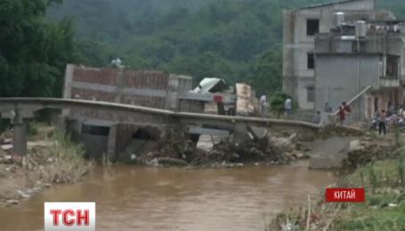 На юге Китая после наводнения обрушился дом