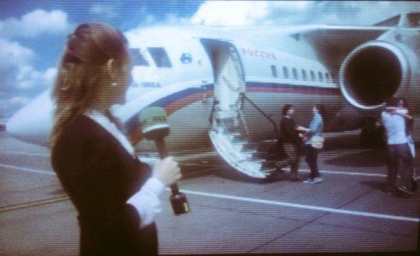 ЗМІ показали фото прибуття ГРУвців до Росії: їх зустріли дружини й журналісти
