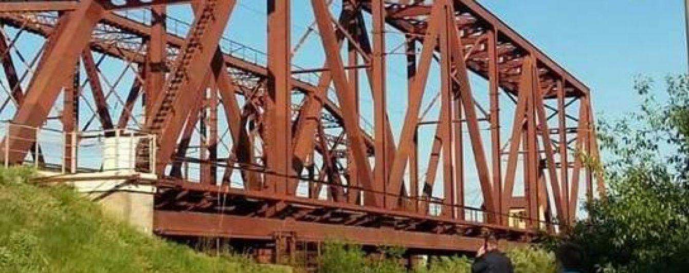 Під Києвом підліток упав із моста, намагаючись зробити селфі