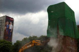 Без серпа, але з молотом: у Мережі показали відео із нищівним демонтажем пам'ятника чекістам в Києві