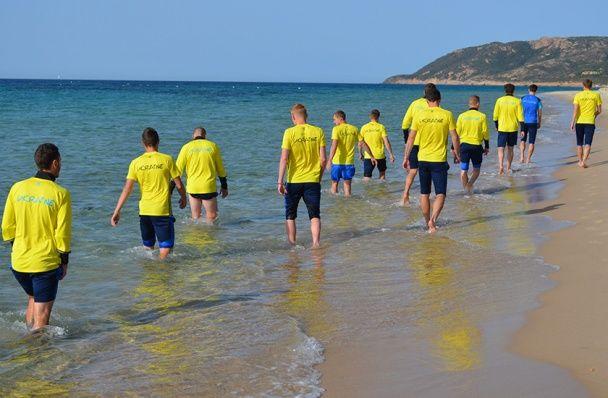 Море, пісок, віджимання. Як збірна України на Сардинії готується до Євро-2016