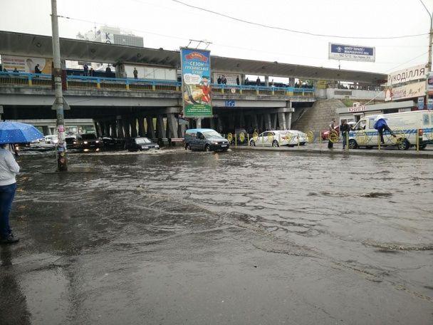 Потужна злива у Києві затопила вулиці, зупинивши рух автомобілів