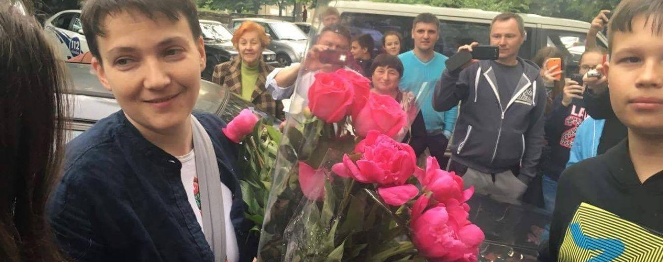 Всю ніч після повернення Савченко зустрічала гостей та заснула лише вранці