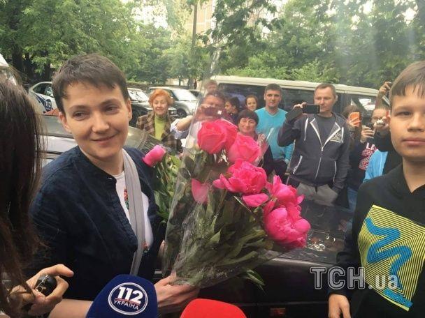 Журналісти зустріли Савченко під будинком: льотчиця радо приймала численні букети квітів