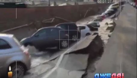 Во Флоренции около 20 автомобилей ушли под землю