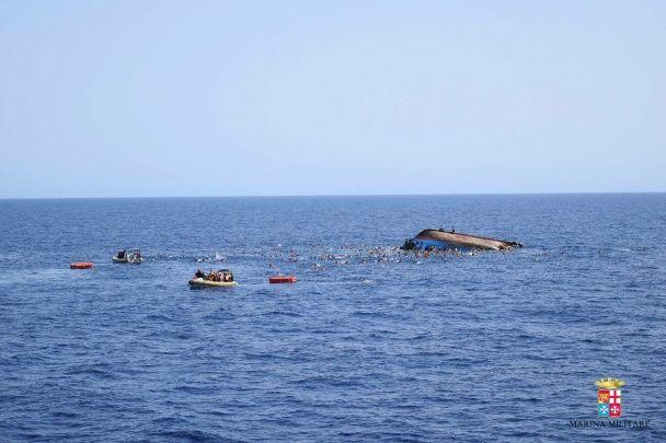 У Мережі з'явилися фото, як у Середземному морі затонув човен з 500 мігрантами