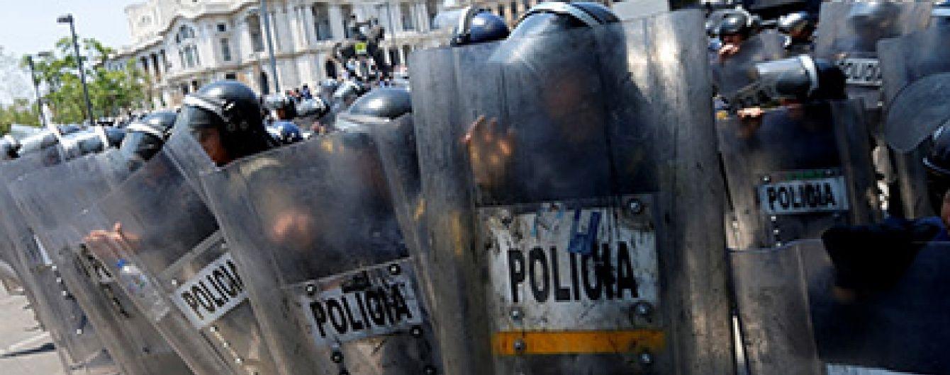 У Мексиці під час демонстрації вчителів поранили 15 поліцейських і спалили автомобіль