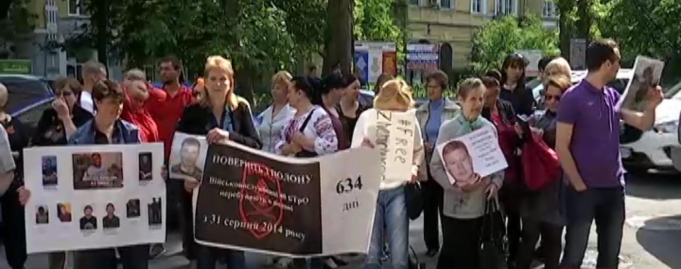 Матері полонених українців пікетували три посольства і пробилися до Савченко