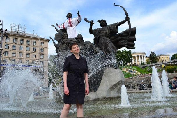 Перший день на волі. Савченко побродила у фонтані та показала свої паперові витвори