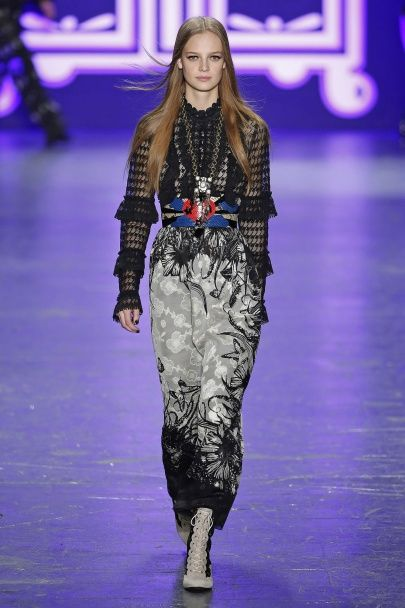 Бархатные ботфорты и кружевные платья в коллекции Anna Sui сезона осень-зима 2016-2017
