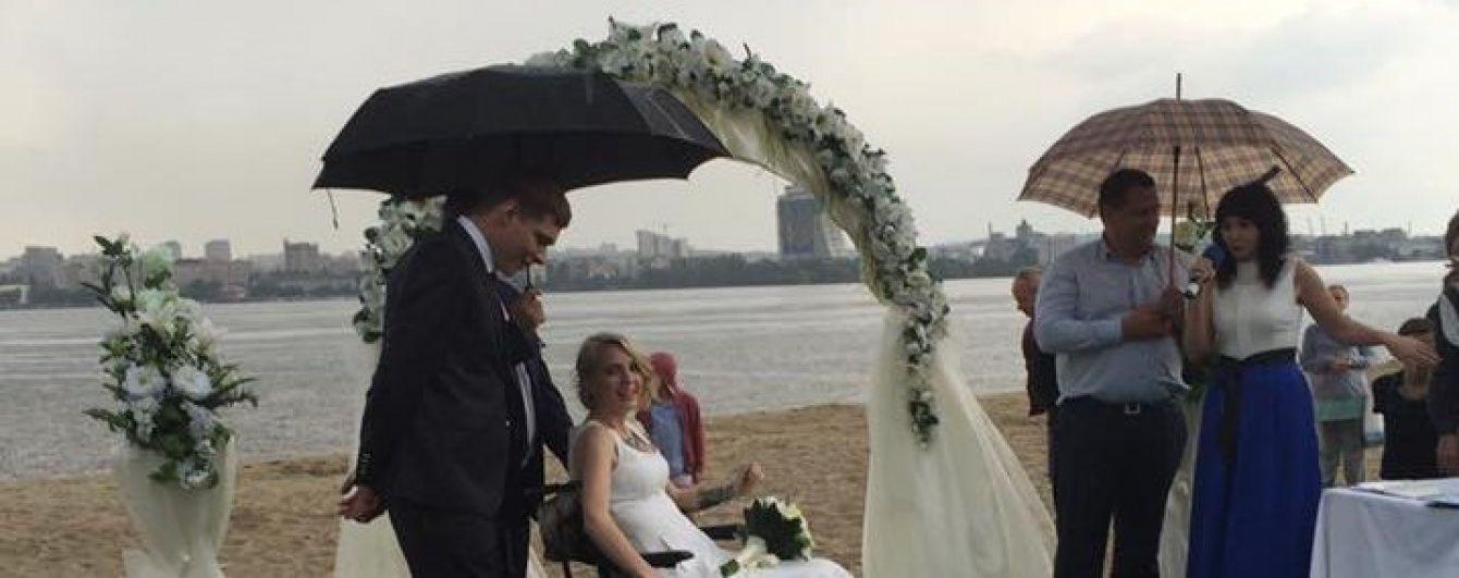 Волонтерка Зінкевич вийшла заміж під зливою та з весільним реанімобілем