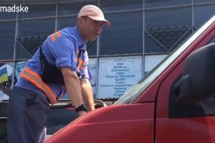 Водій українського телеканалу провіз на капоті паркувальника