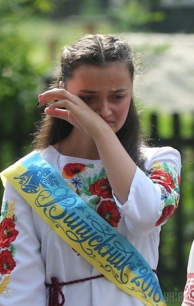 Вишиванки, кульки та привітання від посадовців: як в Україні святкували останній дзвоник