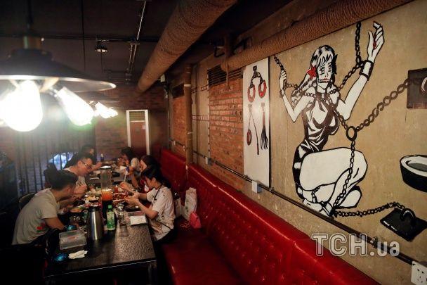 Чашки у формі грудей, морепродукти та еротичні манекети: в Китаї працює секс-ресторан