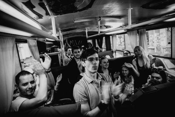 Гурт С.К.А.Й. заспівав із фанатами у столичному прогулянковому трамваї