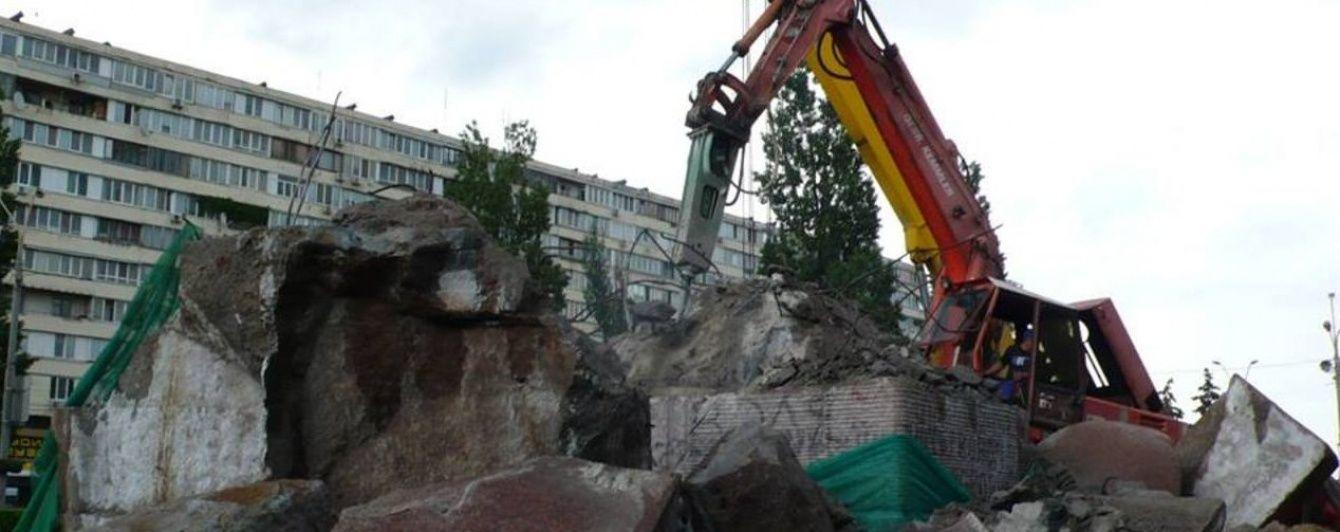 Спроба №4: у Києві нарешті знесли пам'ятник чекістам