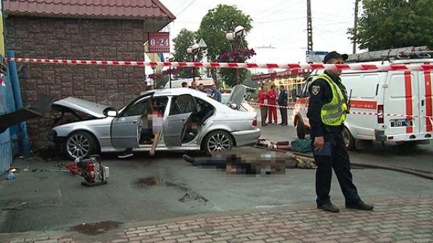 Моторошне ДТП у Вінниці: четверо в БМВ загинули після тарану магазину