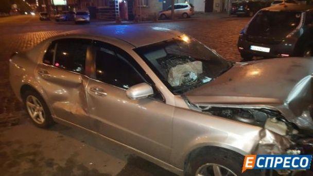 У Києві жінка без водійських прав влаштувала нічну ДТП
