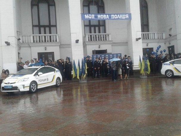 У Маріуполі під дощем прийняли присягу понад 170 патрульних поліцейських