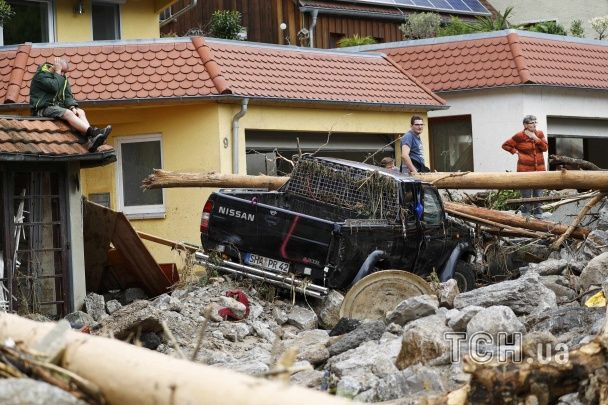 Ріки бруду, понівечені машини й жертви серед людей. Страшна негода вирувала в Німеччині