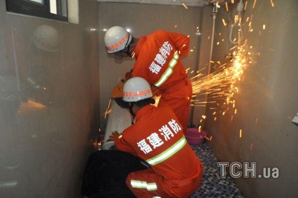 У Китаї пожежники врятували чоловіка, який не міг висунути голову з пральної машини